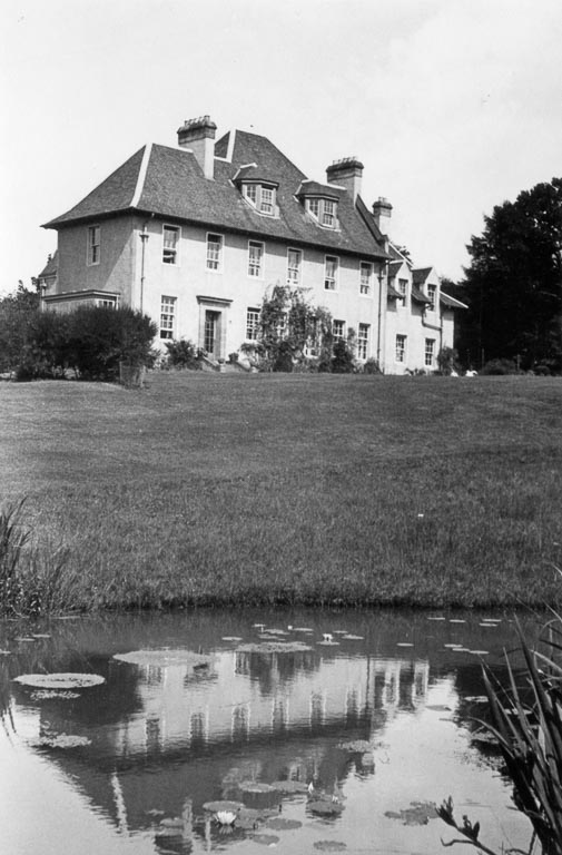 Black and white picture of a pond that looks onto a grand White House